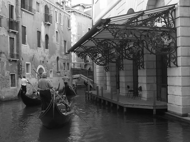 Gondoles au Théatre Fenice (Venise - Italie)