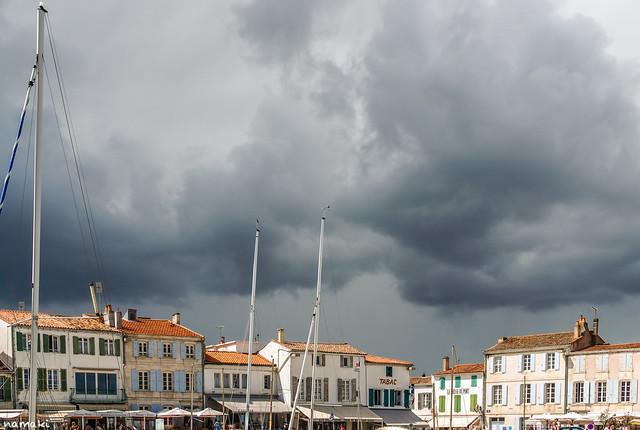 Clouds over Ré