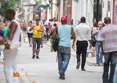 Uomo con Comida Cubana, la Cajitas in Calle Obispo