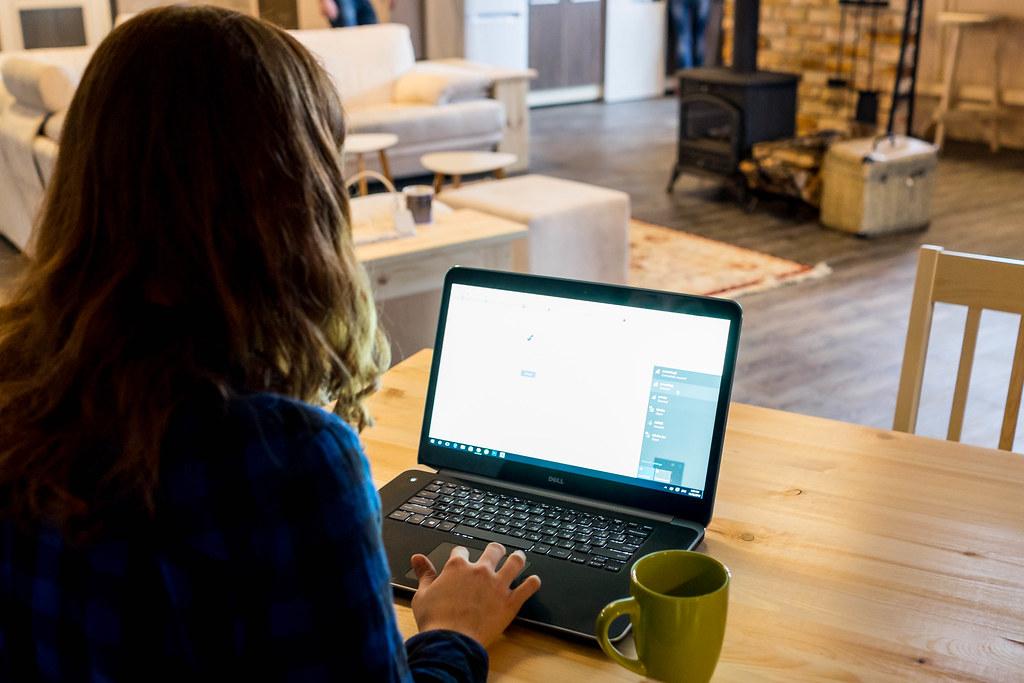 Using laptop and drinking coffee / Mit Laptop und Kaffee trinken