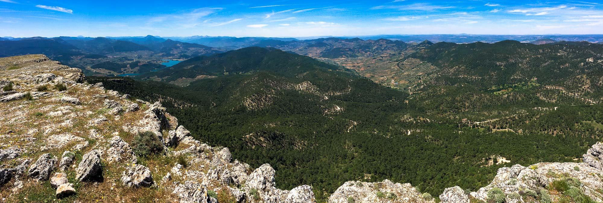 Panorámica mirando hacia el oeste: Sagra al fondo, embalse de Siles en el valle, el Yelmo, la sierra de las Villas y toda la zona de la Mancha a la derecha