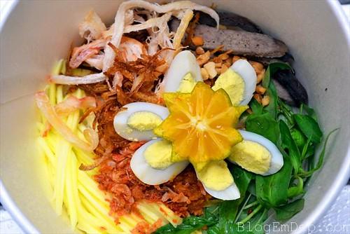 Cách làm món bánh tráng trộn rau răm trứng cút