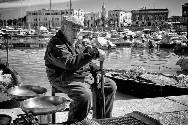 Trani - Puglia - Italia --- Old fisherman and fishmonger