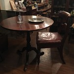 マホガニーのラウンドテーブルに、背もたれがカーブした革張りの椅子が良く似合います。 #アンティーク #椅子 #チェア #マホガニー #テーブル #イギリス #victorian #chair #mahogany #table #antique