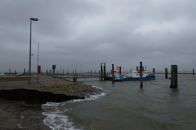 Ebbe und das Hafenbecken ist fast randvoll -