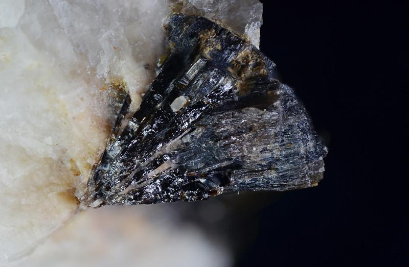 イットリウム岩代石 / Iwashiroite-(Y)