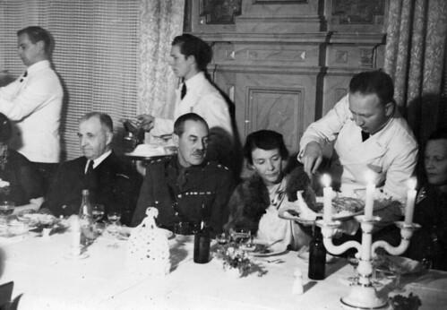 Festmiddag i Speilsalen - Kommandør Bergersen og oberstløytnant Glover (1945)