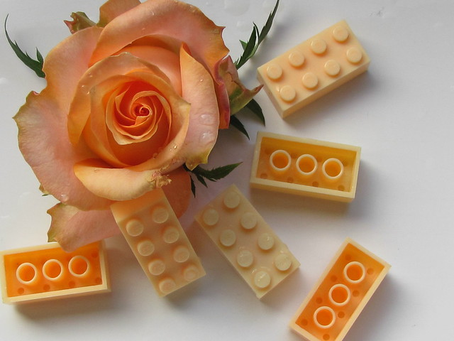 Flower Power: Lego Bayer old logo: 2 shades of champagne, CA