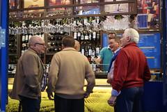 Friends and wines.Amigos e vinhos