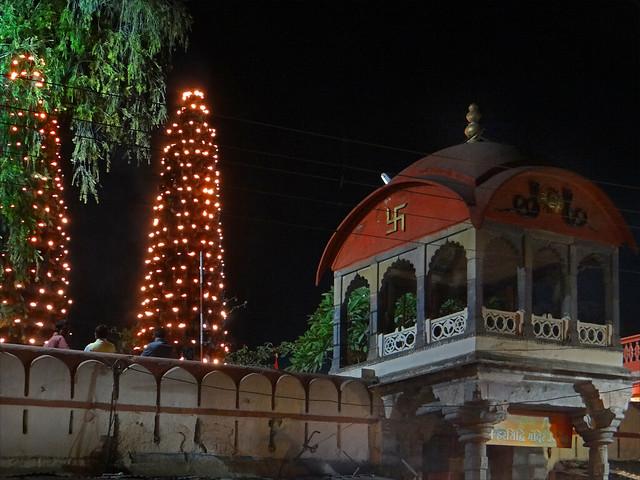 Le temple de Harsiddhi avec ses lampes à huile allumées (Ujjain, Inde)