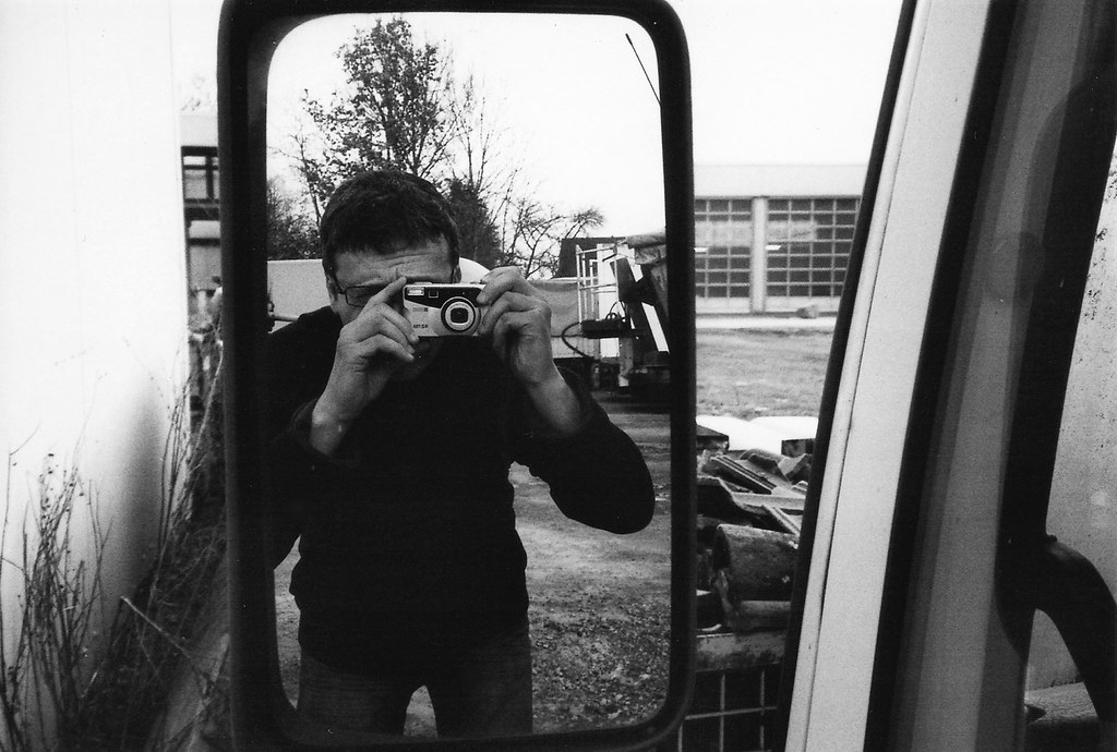testing my old Ricoh RZ-735 plastic camera on myself
