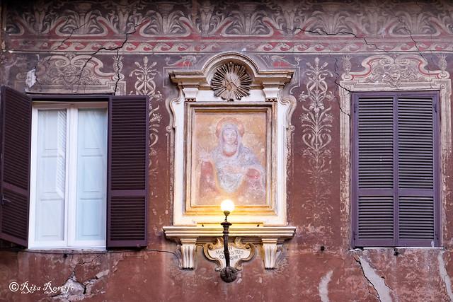 Roma. Rione Parione. Facciate dipinte. Palazzetto. Madonnella
