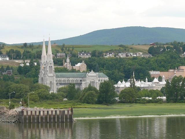 Basilique Ste-Anne de Beaupré vu du fleuve