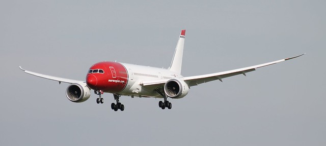 Norwegian Boeing 787-8 Dreamliner on finals for rwy 28 at Dublin Airport.