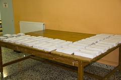 En la imagen se pueden ver las papeletas electorales situadas en el Colegio Ongarai Eskola