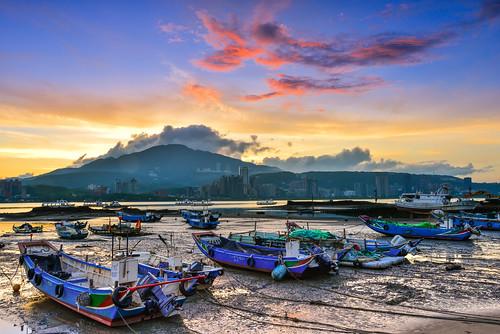 taiwan newtaipeicity bali port sky boat cloud outdoors scenery reflection danshuiriver 台灣 新北市 八里區 八里渡船口 晨曦 晨彩 sunrise dawn 火燒雲 漁船 碼頭