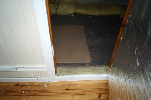 Loft ved kontorfløy bak vegg brutt inn ved skap i rom 35 (12)