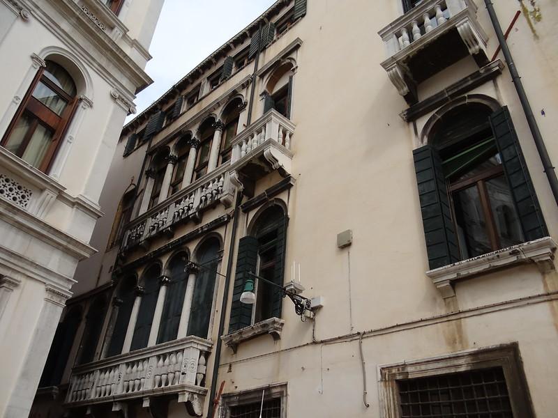 Venedig  so schön, wie du, nur für einen einzigen Tag zu sehen, eine vergängliche Nacht, wieder beleben unzählige Gondeln diese schmalen Kanäle, wir schauen den Reichtums und Pomp neben dem fleisigem Handel 00515