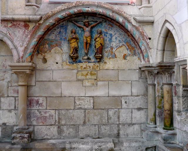 Laon, Aisne: cathédrale Notre-Dame; peinture murale et haut relief XIVe siècle.