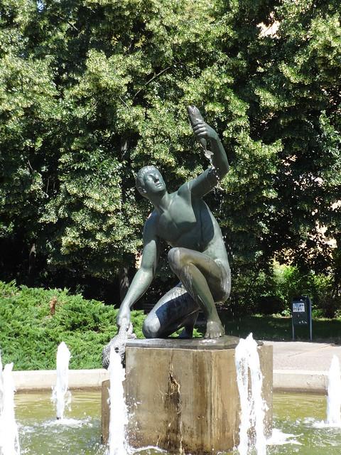 1925/33 Berlin Jüngling mit Fisch Brunnenfigur von Hans Latt Bronze Stefan-Heym-Platz/Frankfurter Allee/Möllendorffstraße in 10367 Lichtenberg