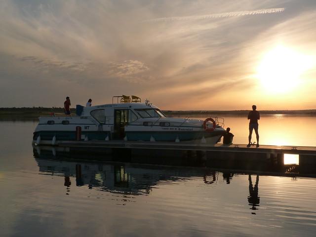 Barco casa en el Lago Alqueva al atardecer