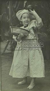 Meisje in koto | by Stichting Surinaams Museum