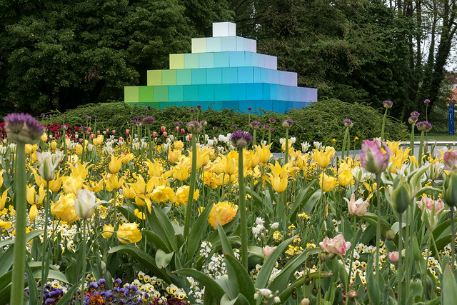 Tulpenbeet vor Farbpyramide
