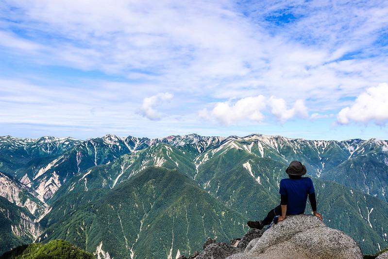 燕岳からアルプスを眺める