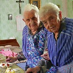 Auch Marianne (links) und Katharina Gilde bekommen das Mittagessen von der Sozialstation. Für sie gibt es heute auch Sahnetorte. Katharina ist mit 97 Jahren zurzeit die älteste unter den Billeder Deutschen.