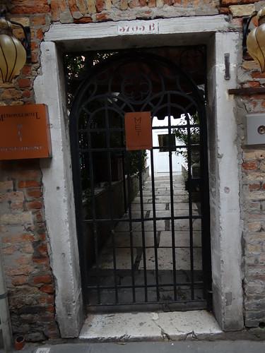 Ein gutes, heimliches, derbes geheimes Wissen über Venedig ist nichts, was mich freut, verlassen steht der Baum im Feld zwischen Kanälen, Palazzi und ganz viel Charme 01050