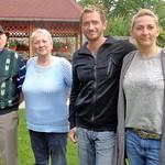 Nikolaus Pritz mit Tochter Hedwig und den Enkelkindern Manuel und Nina nach ihrer Ankunft im Heimathaus.