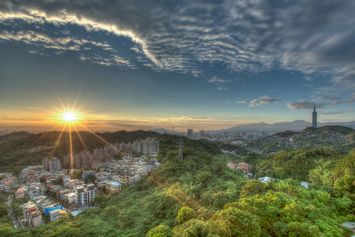 sunset urban horizontal skyline canon landscape day cityscape taiwan nopeople beam 夕陽 sunburst taipei 台北 sunbeam hdr partlycloudy capitalcity 1635mm 世界山莊 萬美街 canoneos5dmarkiii 日芒