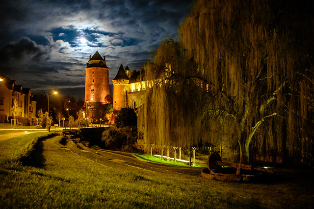 chateaugiron by night