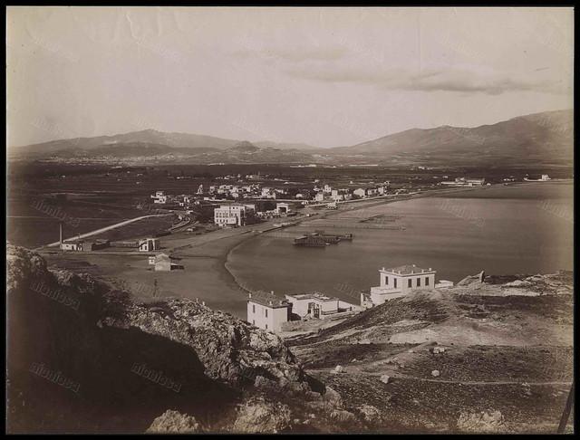 Η παραλία του Νέου Φαλήρου, περίπου 1881-1883. Φωτογραφία: Alois Beer/Νεοελληνική Ιστορική Συλλογή Κωνσταντίνου Τρίπου – Φωτογραφικό Αρχείο Μουσείου Μπενάκη.
