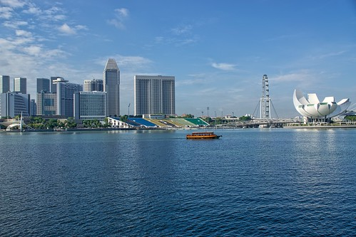 city blue sky urban water wheel museum architecture marina buildings hotel bay flyer singapore asia pacific sony arts ferris science ferriswheel mandarin pan southeast alpha oriental dslr panpacific formula1 77 slt stands mandarinoriental marinabay singaporeflyer artsandsciencemuseum