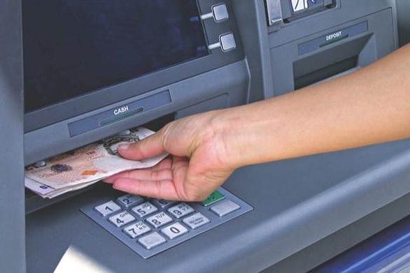 Sacando dinero del cajero automático