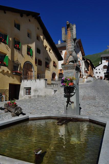 Fontaine communale, place centrale, Zuoz, district de Maloja, Engadine, canton des Grisons, Suisse.