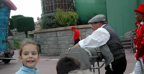 El chulapo que recoge la cuerda al final del desfile Disne