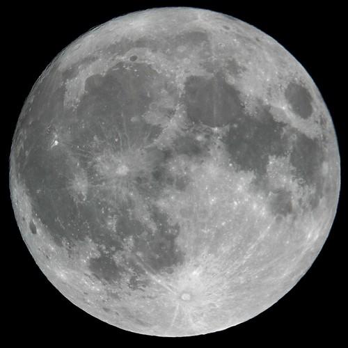Consecutive daily moon shot no. 7 - full moon by jpstanley
