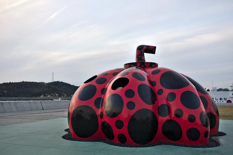 Citrouille rouge à côté du port
