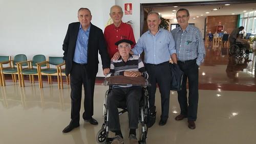 Última Mesa de Iurreta completa, con Sabin Ipiña en silla de ruedas en la Residencia Aspaldiko de Portugalete.