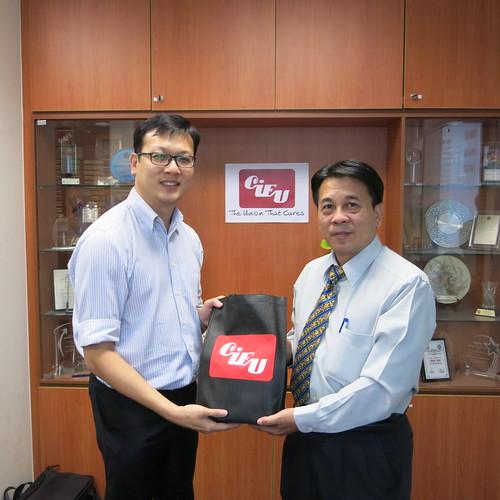 圖03 參訪CIEU總部後團長陳嘉麟常理代表交換紀念品