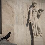 Puluja syöttävä patsas