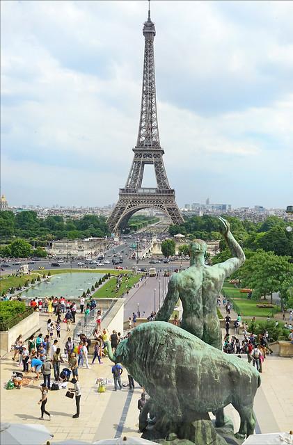 La Tour Eiffel et les jardins du Trocadéro (Musée de l'Homme, Paris)