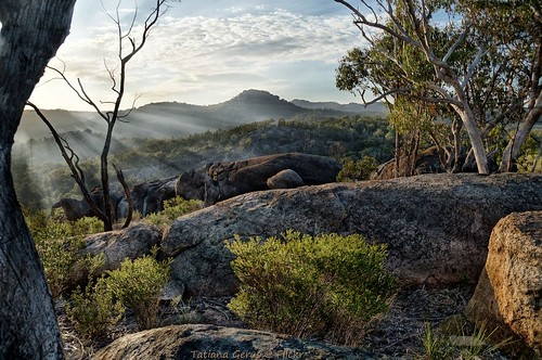 girraween girraweennationalpark queensland morning sunrise rays light rocks australia hills 30