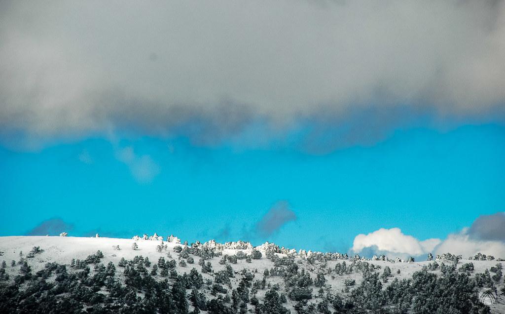 Luz limpia, nieve y nube sobre la Cuerda de la Gitana