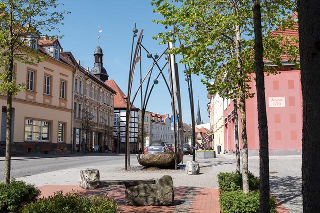 Moderner Brunnen in der Königstraße, Ecke Rathenaustraße. Dahinter links der Fachwerkbau von St. Georg, jetzt Konzerthalle