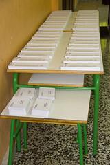 En la imagen se pueden ver las papeletas electorales en el Colegio Ongarai Eskola