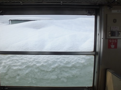 只見線沿線の積雪は3月が最盛期。上条駅(気象庁の守門測候所近く)は深い雪に包まれる