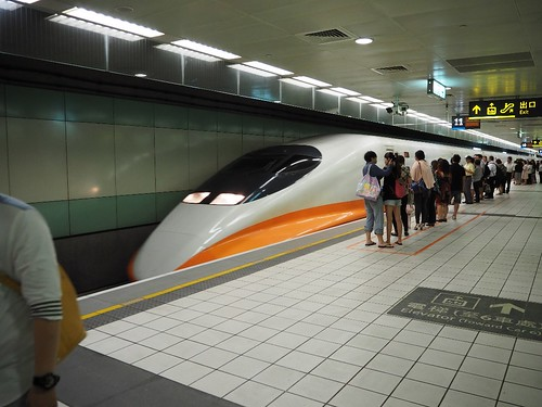 Taiwan Highspeed Rail - Train arriving at Taoyuan Station   by ztl8702